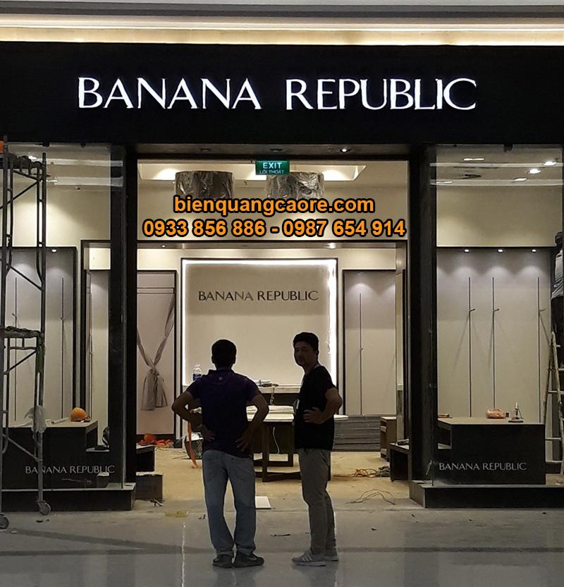 bảng hiệu mica cửa hàng